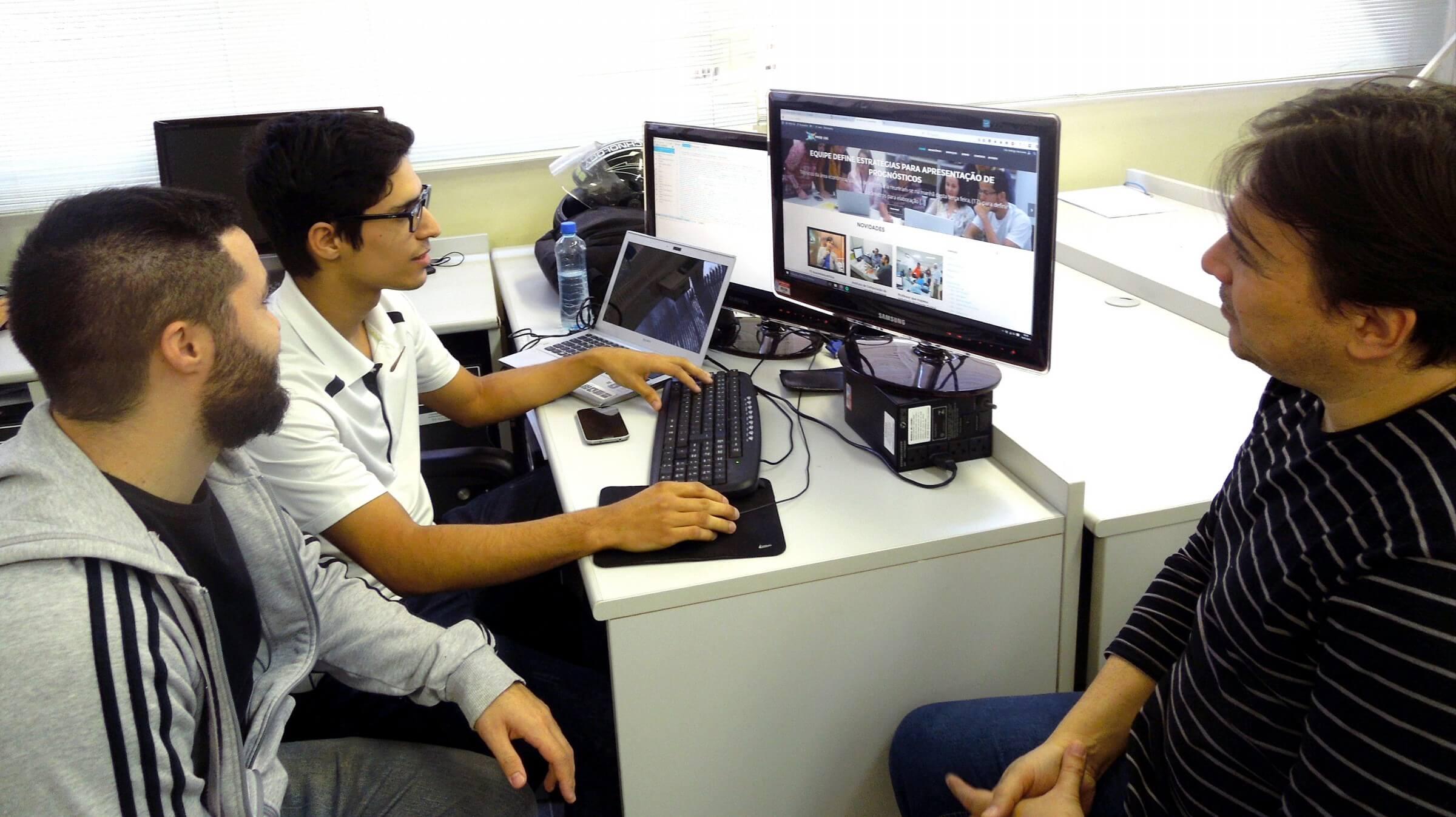 Professor Elmo Farias, Alan Heleno e Rodrigo Veríssimo, desenvolvedores do Site.