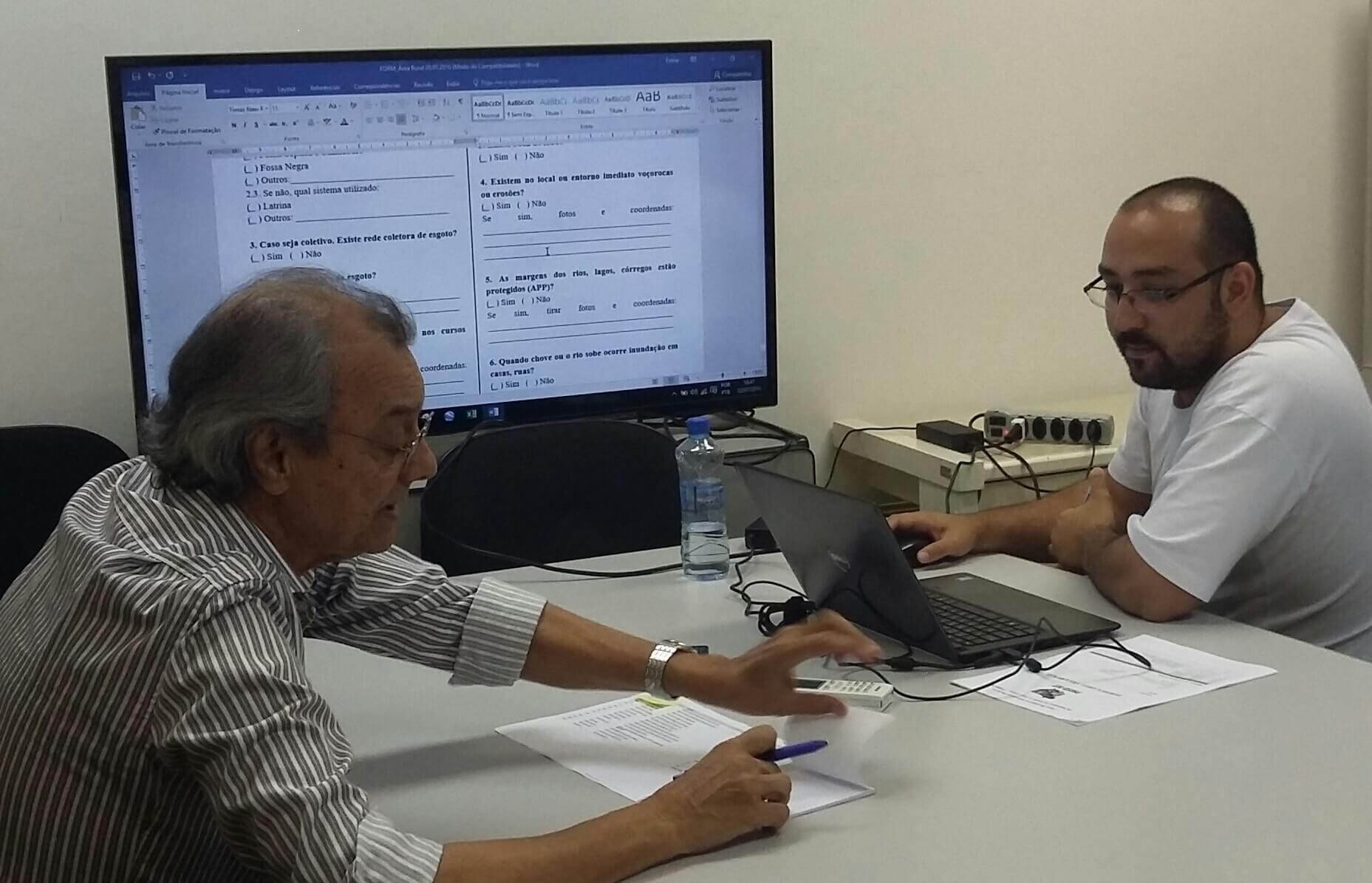 Na foto os preparativos para a viagem, com o professor Paulo Modesto, Antônio discute os detalhes do levantamento de dados que irá fazer.
