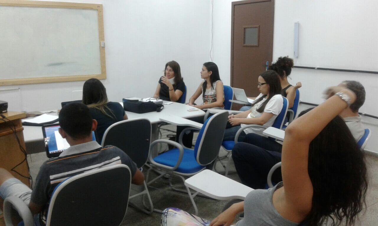 Alunos do nono semestre discutem o PMSB em aula.