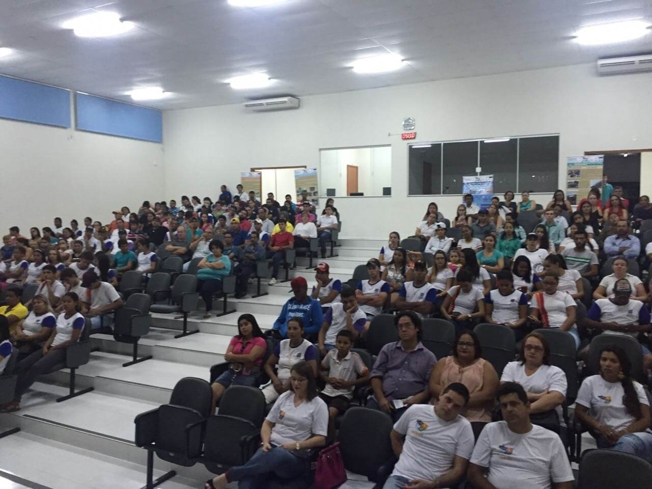Mais de 200 pessoas compareceram à primeira reunião.