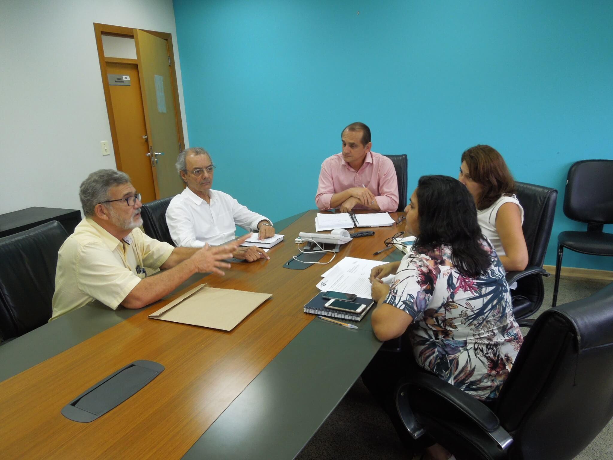 Eliana Rondon (coordenadora geral do PMSB), Paulo Modesto Filho (coordenador técnico) e Rubem Mauro Palma de Moura (coordenador operacional) apresentam dados do PMSB ao secretário Wilson Santos e à Denise Duarte (superintendente de saneamento da Secid).