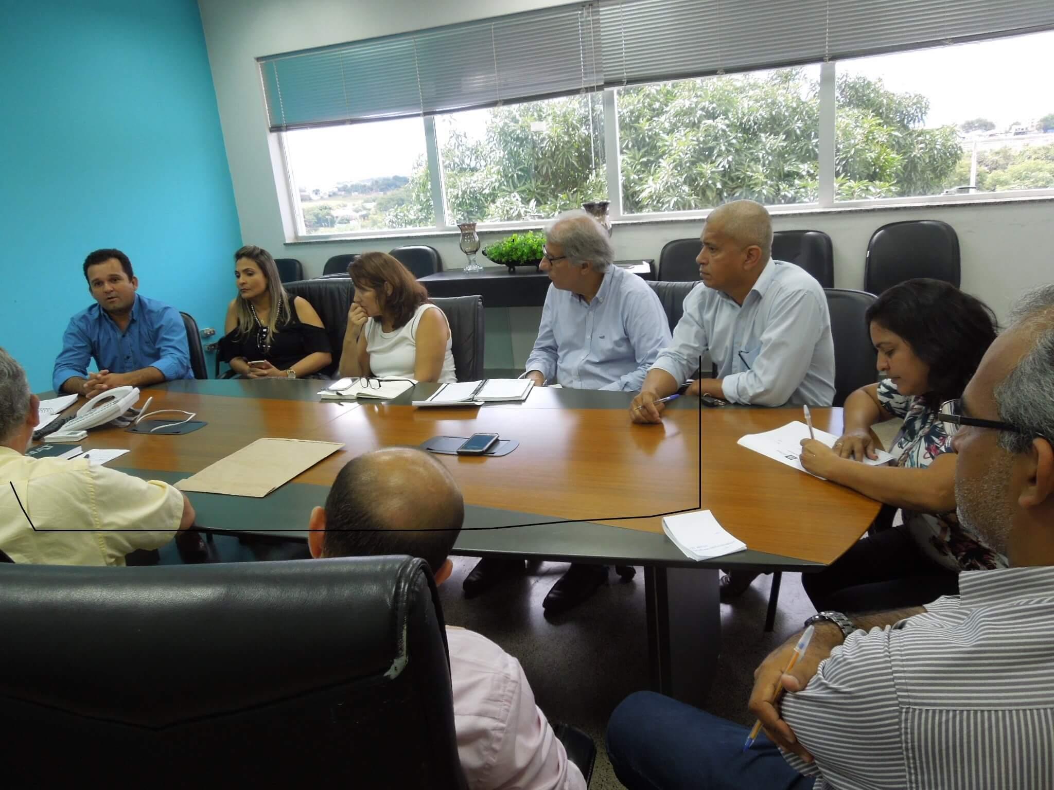 O prefeito Elvio e seus assessores em Cuiabá discutindo problemas de Barão
