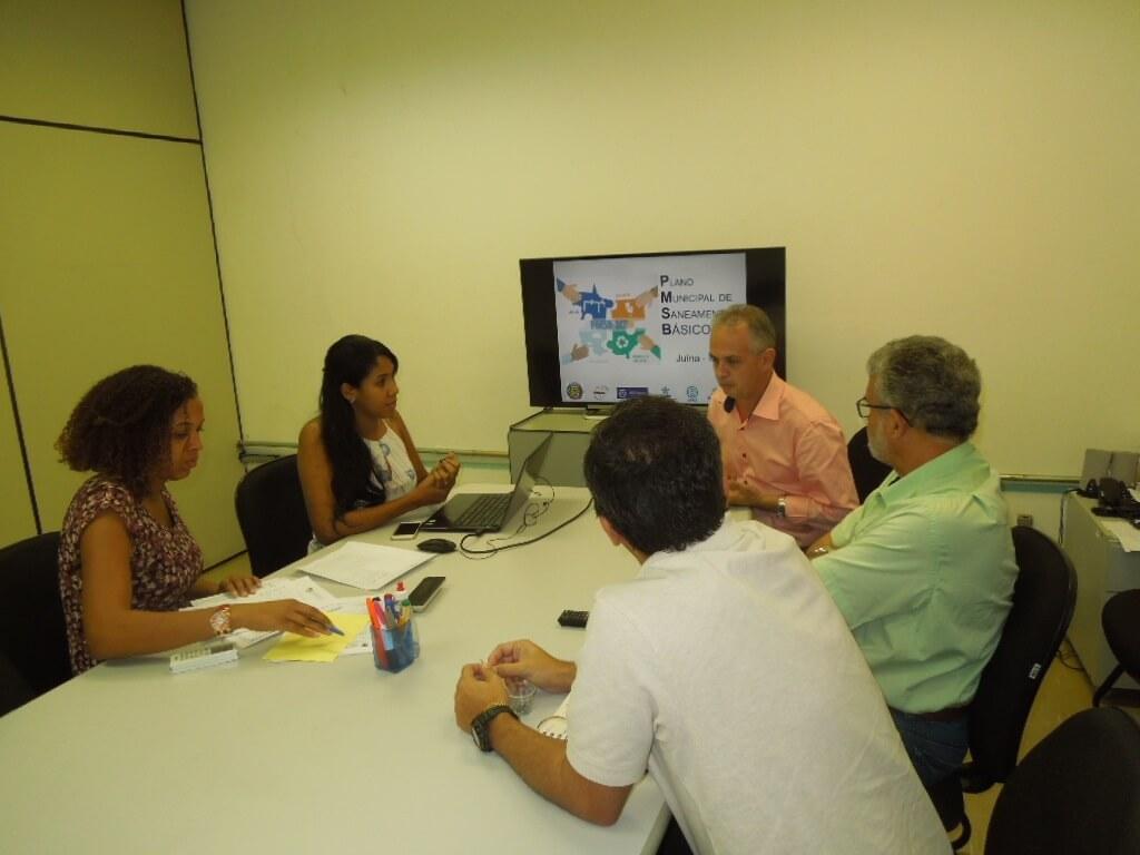 O prefeito Altir reuniu-se com técnicos do PMSB 106