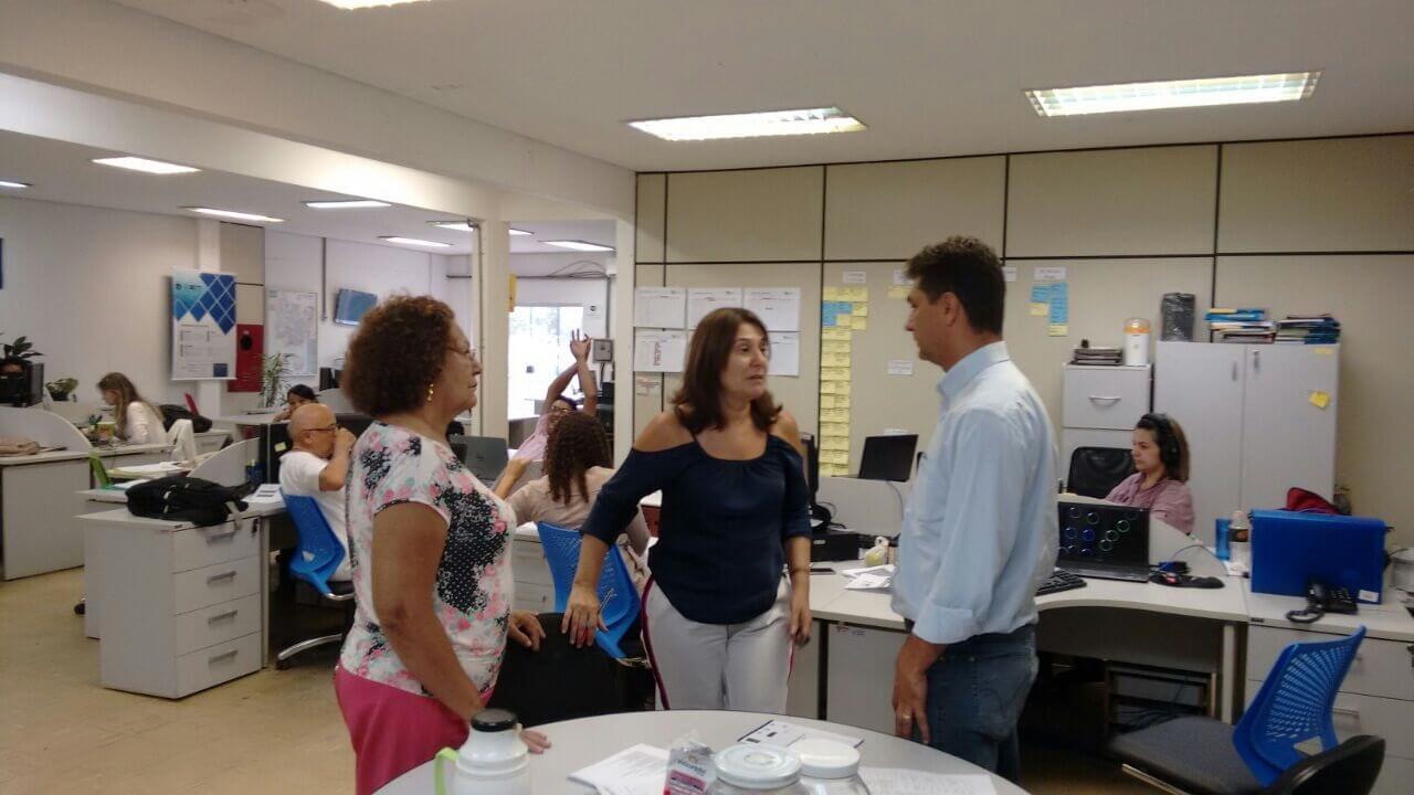 O Secretário Charles com as professoras Eliana Rondon e Josita Priant, no Escritório de Inovação Tecnológica.