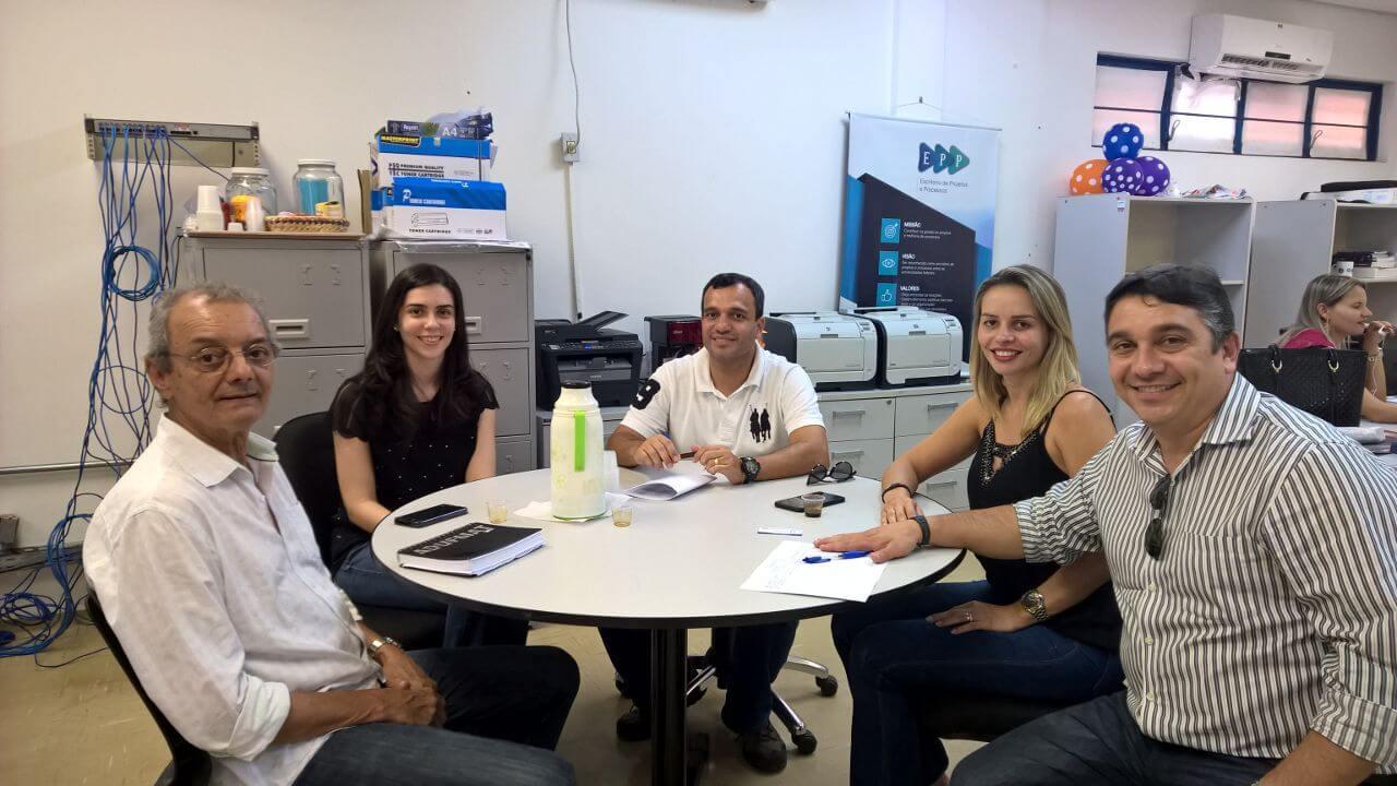 O prefeito, a secretária de Assistente Social, Rodrigo Acioly, Thaisa Vacari e Paulo Modesto Filho, em reunião no Escritório de Inovação Tecnológica da UFMT.