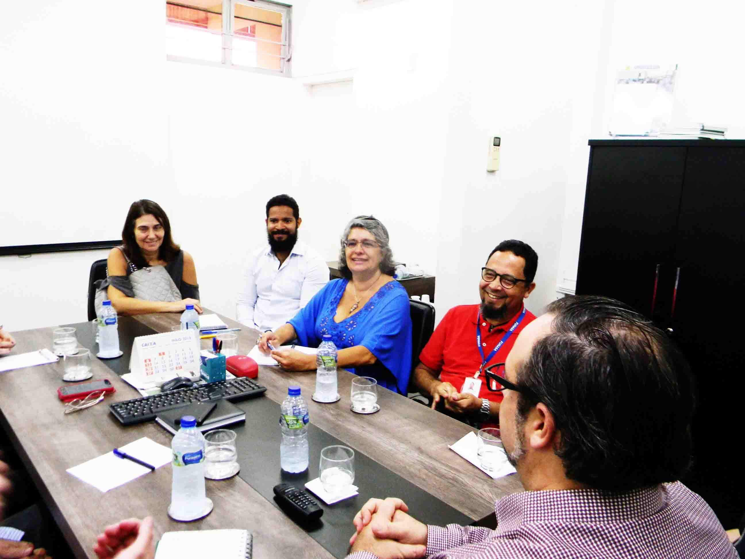 Técnicos da Funasa e professores do IFBA com coordenadores do PMSB em reunião com Uniselva