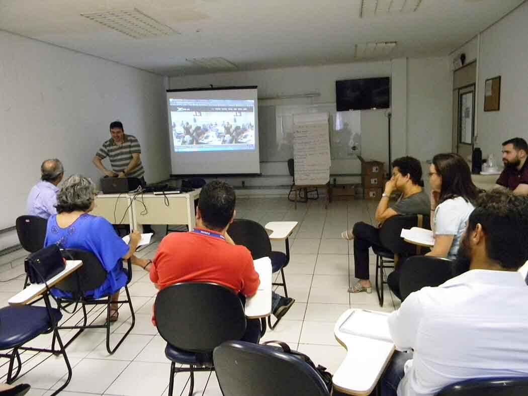 Técnicos da Funasa e professores do IFBA em reunião com PMSB