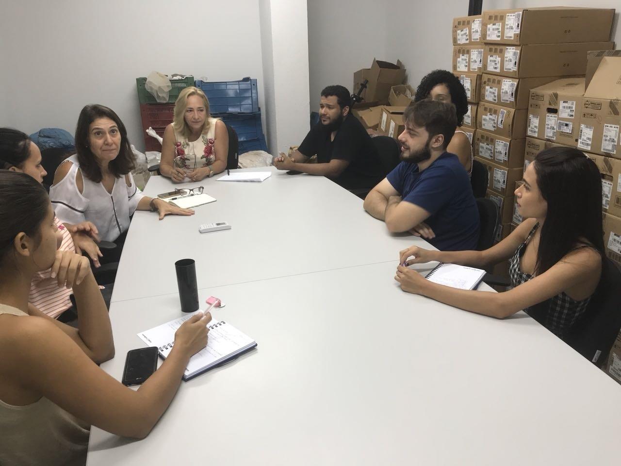 Os estudantes com a professora Eliana Rondon detalhando a ida a Barão